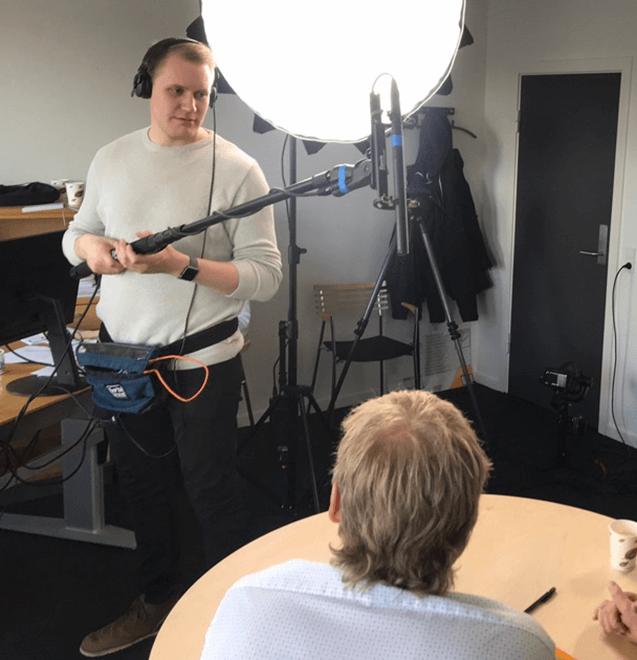 Produktion af video i Onboard Film - Lydmand der står med mikrofonen